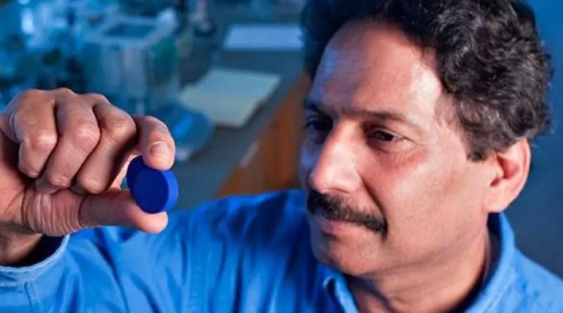 Mas Subramanian con una muestra de su azul YInMn