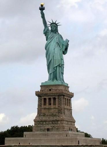 La Estatua de la Libertad, que muestra una avanzada oxidación; el cardenillo es responsable del icónico color verde de la estatua.