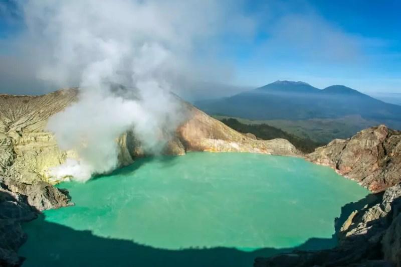 Fotografía del lago ácido en el complejo volcánico de Ijen