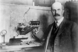 A principios del siglo XX, William Henry Bragg (aquí) y su hijo, William Lawrence Bragg, fueron los primeros en utilizar la espectroscopia de rayos X para estudiar cómo la radiación de rayos X interactuaba con los átomos dentro de los cristales.