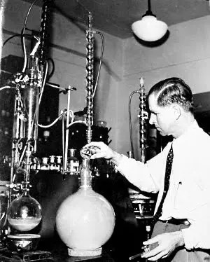 Haagen-Smit trabajando en su laboratorio con el smog de Los Angeles