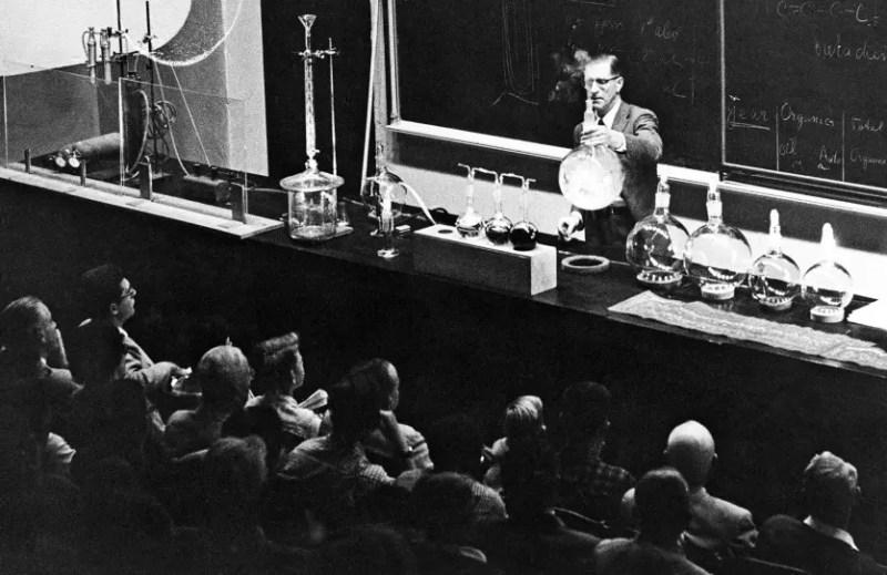 Haagen-Smit dando una conferencia sobre el smog, alrededor de 1960.