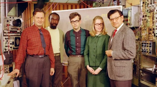 El equipo del laboratorio de Berkeley que descubrió los elementos 104 y 105, en abril de 1969. Desde la izquierda: Matti Nurmia, James Harris, Kari Eskola, Pirkko Eskola, y Albert Ghiorso.