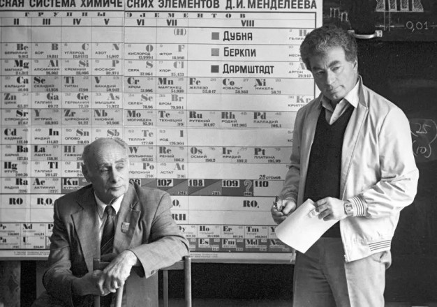 Los físicos soviéticos Georgy Flerov (izquierda) y Yuri Oganessian, que nombran a los elementos 114 y 118, respectivamente. Fotografiado en septiembre de 1989.