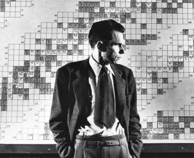 Preparándose para la guerra: el químico Glenn Seaborg participó en el descubrimiento de 10 elementos hechos en laboratorio y es el homónimo del elemento 106, un honor que suscitó una controversia geopolítica en su momento. Seaborg está fotografiado aquí frente a una tabla de isótopos, 1946