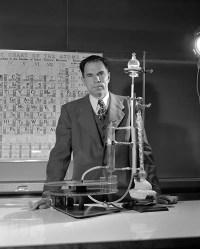 Seaborg en 1950, con la columna de ilusión del intercambiador de iones de elementos actínidos.