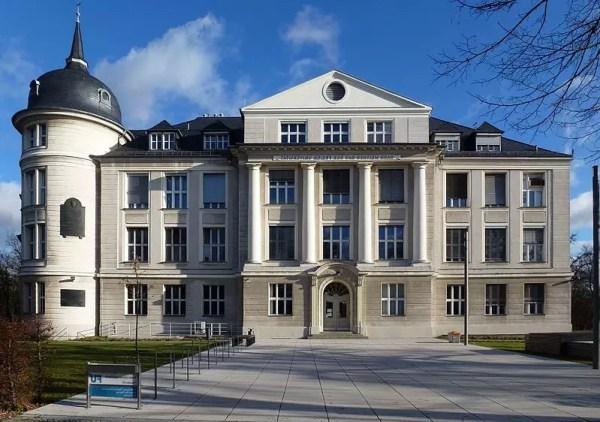 Antiguo edificio del Instituto Kaiser Wilhelm de Química en Berlín. Fuertemente dañado por los bombardeos durante la Segunda Guerra Mundial, fue restaurado y se convirtió en parte de la Universidad Libre de Berlín. Fue rebautizado como Edificio Otto Hahn en 1956, y el Edificio Hahn-Meitner en 2010