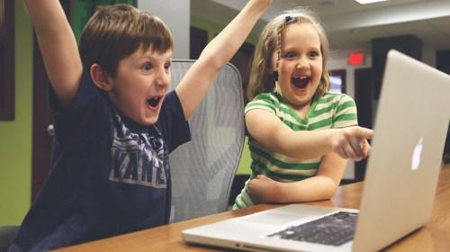 Filhos usando notebook