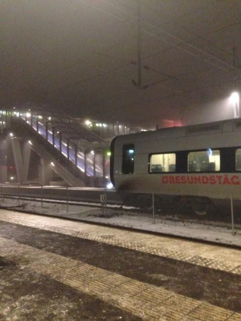Klockan 6 måndag morgon. Snöslask och dimma. Men tåget i tid – alltid nåt.