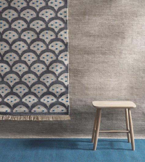 På väggen en ny matta av formgivaren Ania Pauser. Mönstret känns igen från hennes byrå Glimmer för Klong. Pall från Norrgavel.