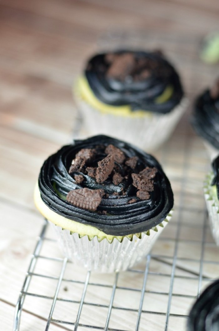 These Hulk Smash Cupcakes are such a fun Avengers dessert for that FAN girl in you! #avengersunite #ad
