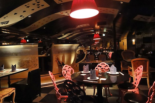 alice-in-a-labyrinth-restaurant