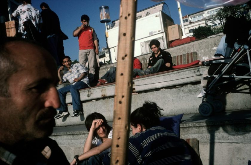 Fotografía © Alex Webb. Estambul 2004 / horizonte inclinado