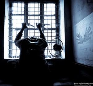 Quand on a envie de tout lâcher. homme tenant grille, semble emprisonné