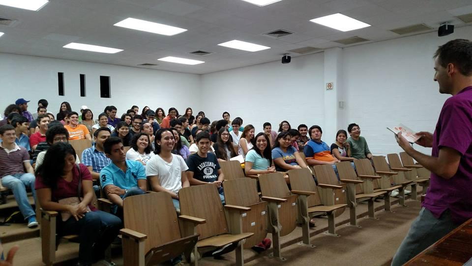 Benjamín Sánchez de Harvard University  dando la  bienvenida a Clubes de Ciencia Invierno 2015 en Mérida