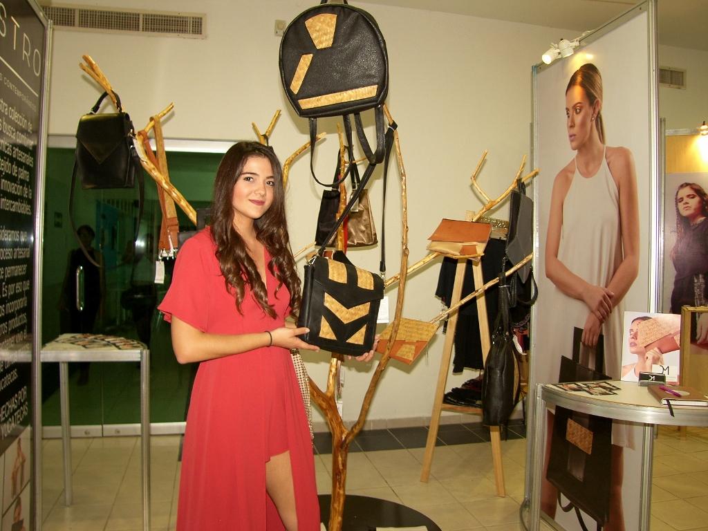 Ana Claudia Aguilar. Bolsos con tejido de palma