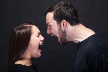 casal brigando, gritando um com o outro - homem e mulher