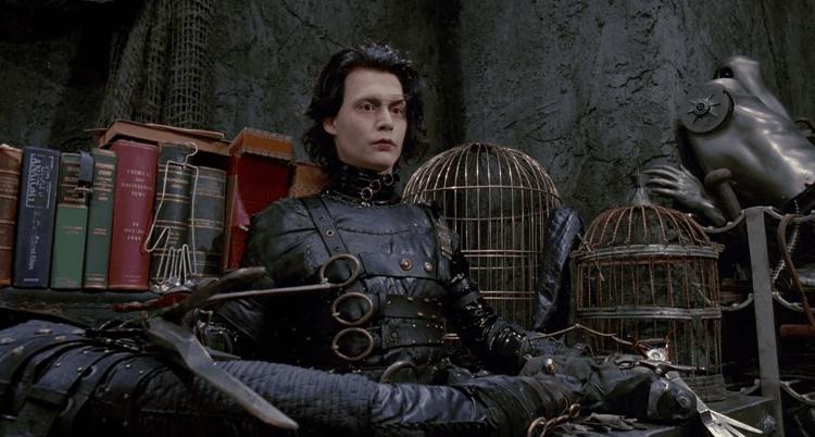 uma cena do filme edward mãos de tesoura do ano de 1990