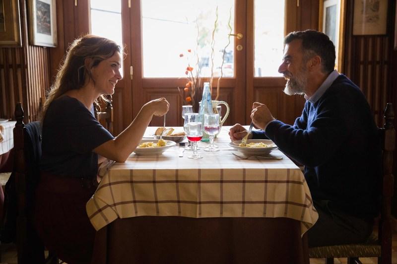 casal do filme histórias de amor que não pertencem a esse mundo tomando café da manha juntos