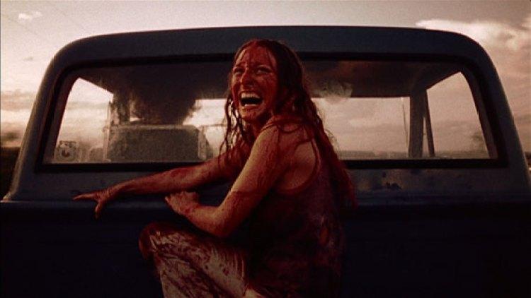 cena do filme o massacre da serra elétrica em 1987 - mulher em cima de uma camionete