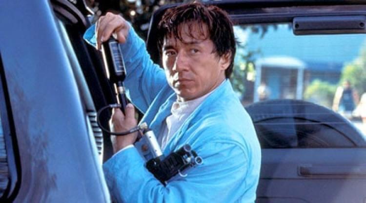 Jackie Chan em uma das cenas do filme primeiro impacto