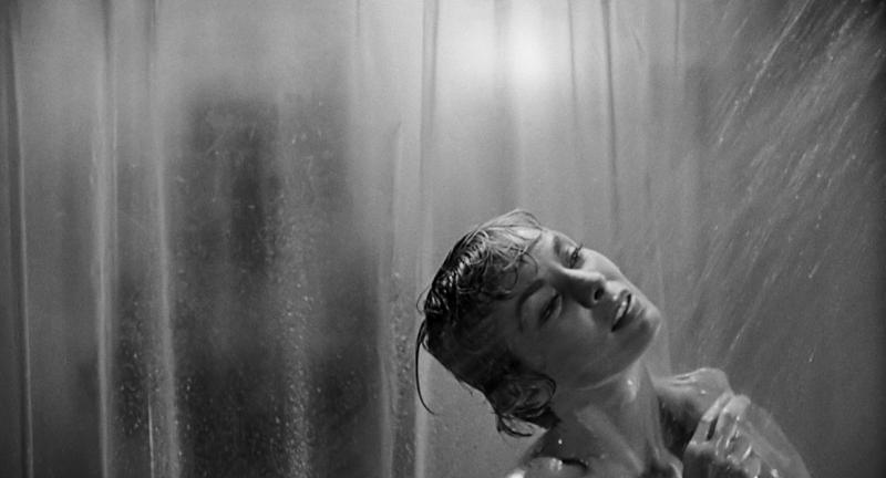 mulher tomando banho em uma das cenas do filme psicose