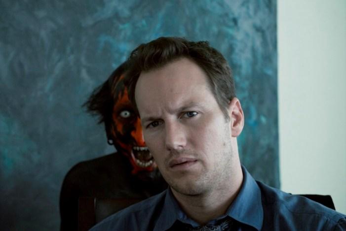filme Sobrenatural - Homem parado com um demônio atras dele