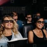 pessoas assistindo filme de comédia no cinema