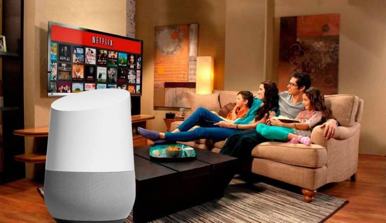 família feliz assistindo netflix