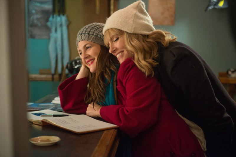 duas mulheres atrizes do filme Já estou com saudade se abraçando