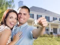 casal feliz comprando casa