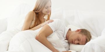 mulher aparecendo nos sonhos de um homem enquanto ele dorme