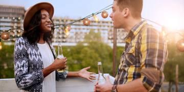 mulher e homem conversando se conhecendo