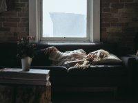 mulher deitada ouvindo música e dormindo