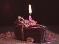 bolo de aniversário pequeno com uma vela em cima para comemorar aniversário