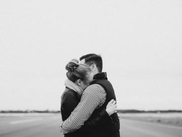 casal se abraçando em comemoração ao dia do abraço