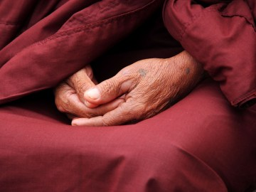 mãos juntas para fazer oração