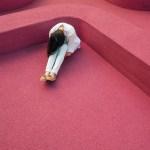 mulher sentada no chão preocupada
