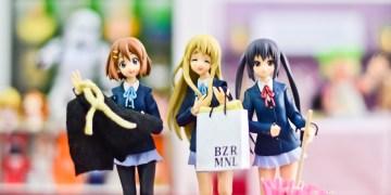 meninas fazendo compras em brechó