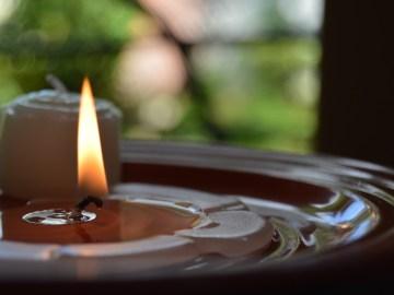foto de uma vela derretida