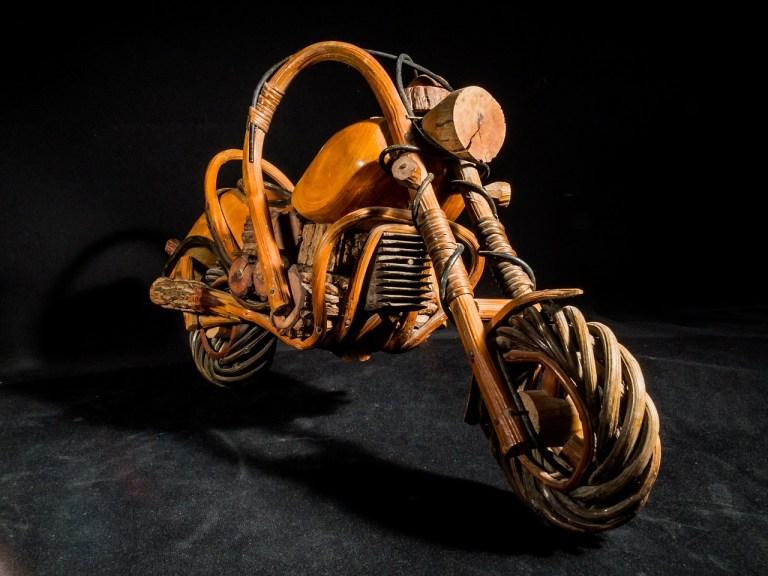 foto de uma moto de madeira