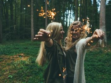 mulheres amigas comemorando a vida na natureza