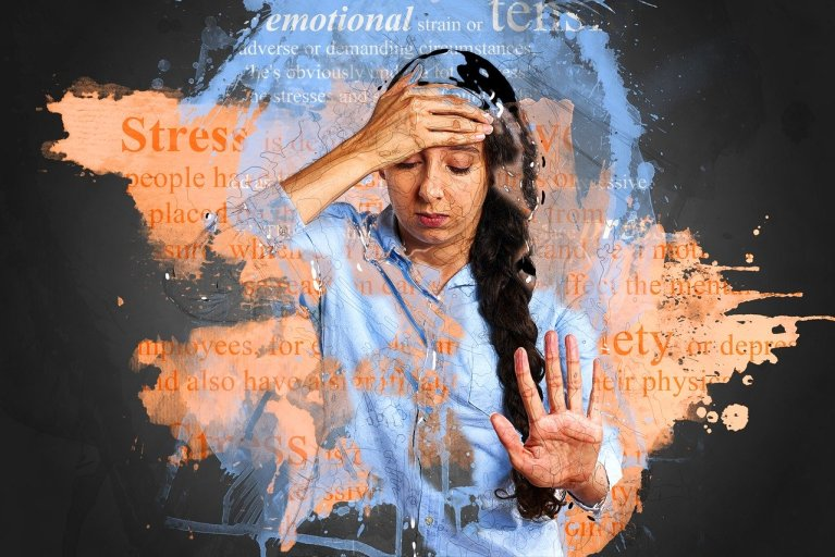 imagem de uma mulher com estresse e ansiedade