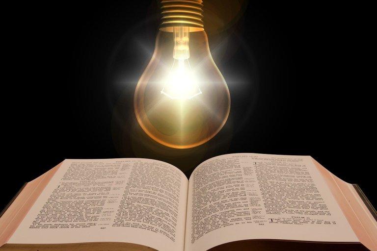 bíblia e uma luz para fazer oração