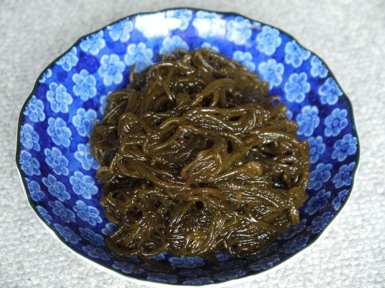 Một chén rong nâu Mozuku của Nhật Bản