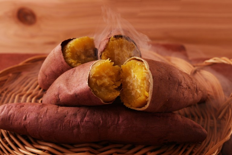 Hai củ khoai lang bẻ đôi