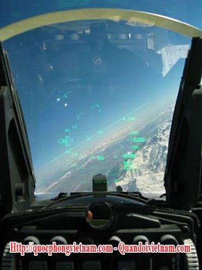 Màn hình quan sát trên máy bay chiến đấu F-16 Falcon - F-16 Flacon fighter aircarft HUD
