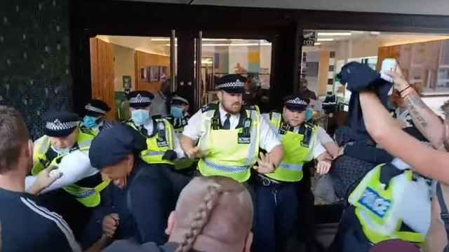 Protesta anti-vacunas llega hasta la BBC
