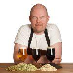 Bild på Robert Lagergren. Framför honom står tre glas öl av olika karaktär.