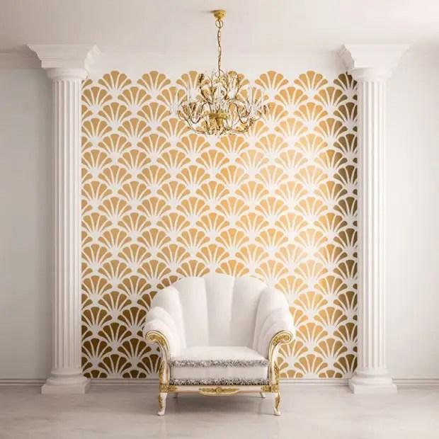 Combinação branca com ouro: padrão de tela, pilasters de poliuretano e cadeira neo-barroco em um quarto moderno